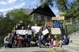 Zelení vyzývají Radu MČ Praha 2, aby odmítla plány soukromého investora zastavět zahradu kolem památkově chráněné roubenky u Nuselských schodů (11. 10. 2015).